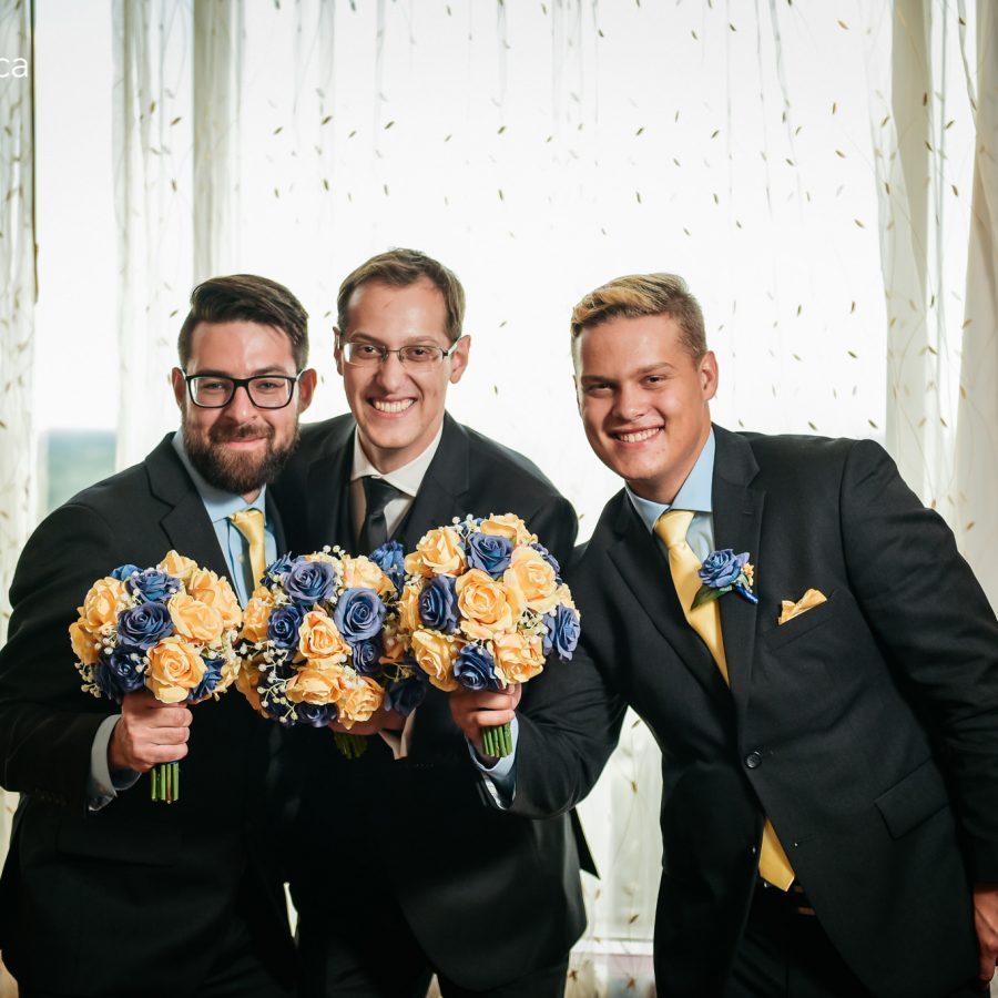 groomsmen funny photo - poses with bouqet