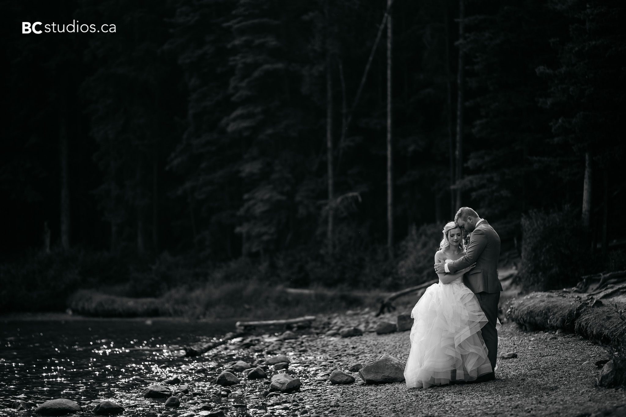 mountain wedding photos in rundle park, canmore